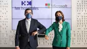 El presidente de HM Hospitales, Juan Abarca Cidón, y la presidenta de Microsoft en España, Pilar López Álvarez.