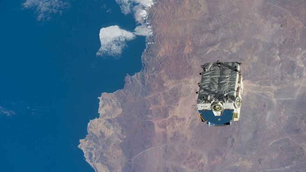 Un contenedor de baterías entra en órbita terrestre desde la ISS