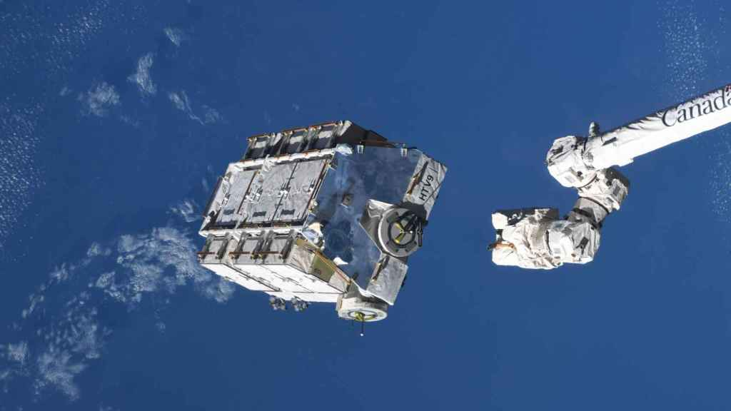 Un contenedor repleto de baterías es soltado desde la Estación Espacial Internacional