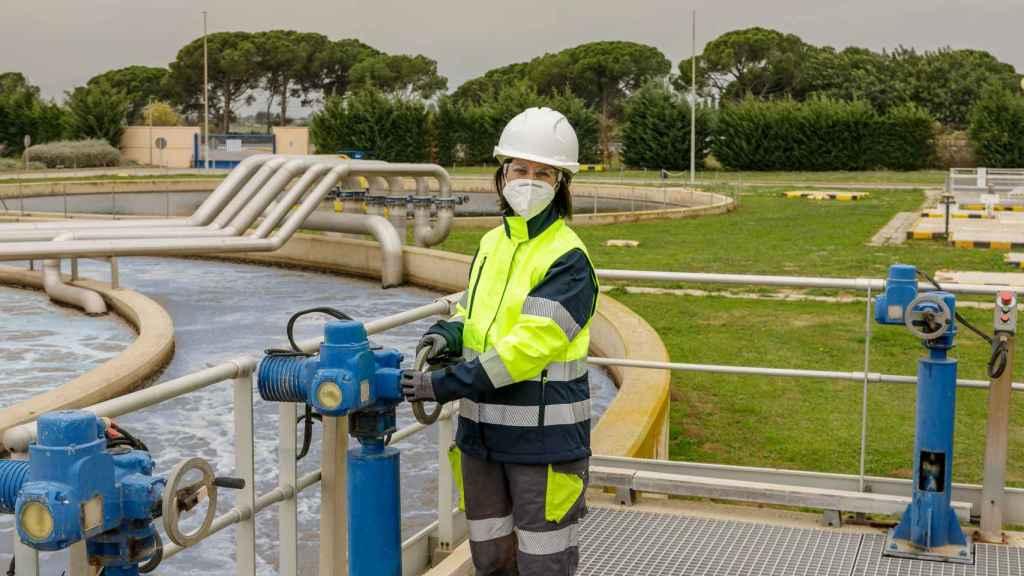 Una operaria de SUEZ en la depuradora de Cambrils (Tarragona).