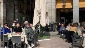 Un grupo de franceses se toman algo en una terraza en Madrid.