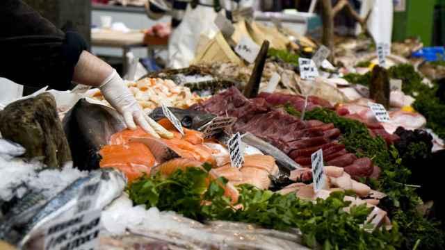 Una pescadería con distintos tipos de pescado.