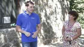 Iker Casillas, junto a su madre, María del Carmen, en Navalacruz, Ávila.