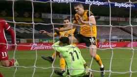 Rui Patricio choca con Conor Coady en el duelo entre el Wolverhampton Wanderers - Liverpool