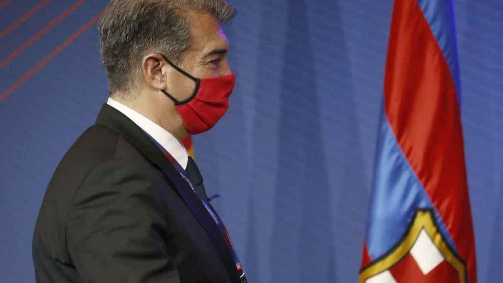 Joan Laporta y una bandera del Barça
