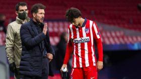 Simeone habla con Joao Félix en un partido de esta temporada