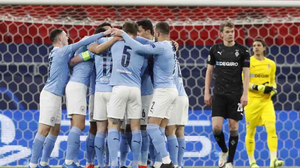 Piña de los jugadores del Manchester City para celebrar el gol ante el Gladbach