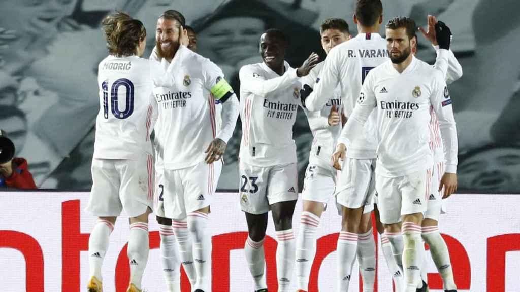 Luka Modric felicita a Sergio Ramos por su gol al Atalanta