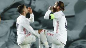 Lucas Vázquez celebra con Sergio Ramos su gol al Atalanta