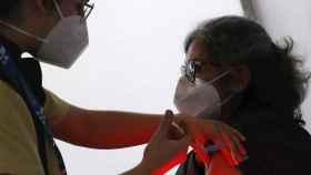 Personal del Servicio Gallego de Salud (Sergas) suministrando la vacuna en Santiago de Compostela.