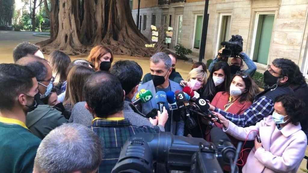 Toni Cantó atiende a los medios para explicar su marcha de Ciudadanos y de Les Corts Valencianes. EE