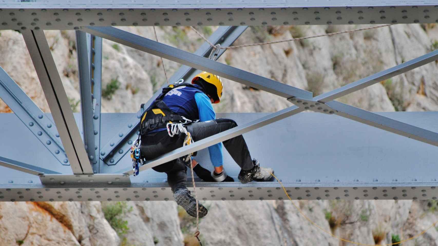 Instalación de los sensores fotónicos de Calsens para la deformación y temperatura en un puente de FGVA.