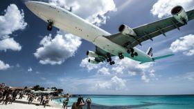 Avión aterrizando en el Aeropuerto Princess Juliana en las Antillas Holandesas