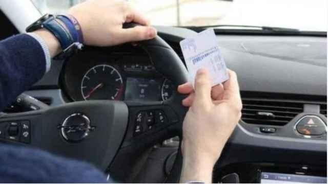Un usuario con su carnet de conducir.