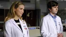 Fiona Gubelmann y Freddie Highmore en la cuarta temporada de 'The Good Doctor'.