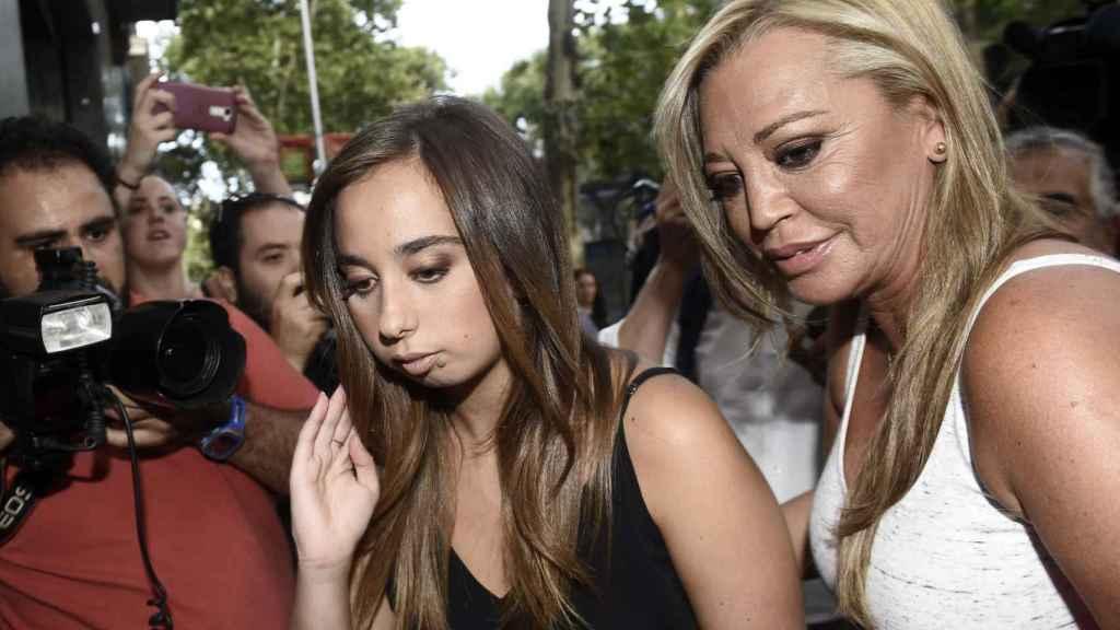 Andrea Janeiro y Belén Esteban, entrando en la discoteca Kapital por el cumpleaños de la joven.