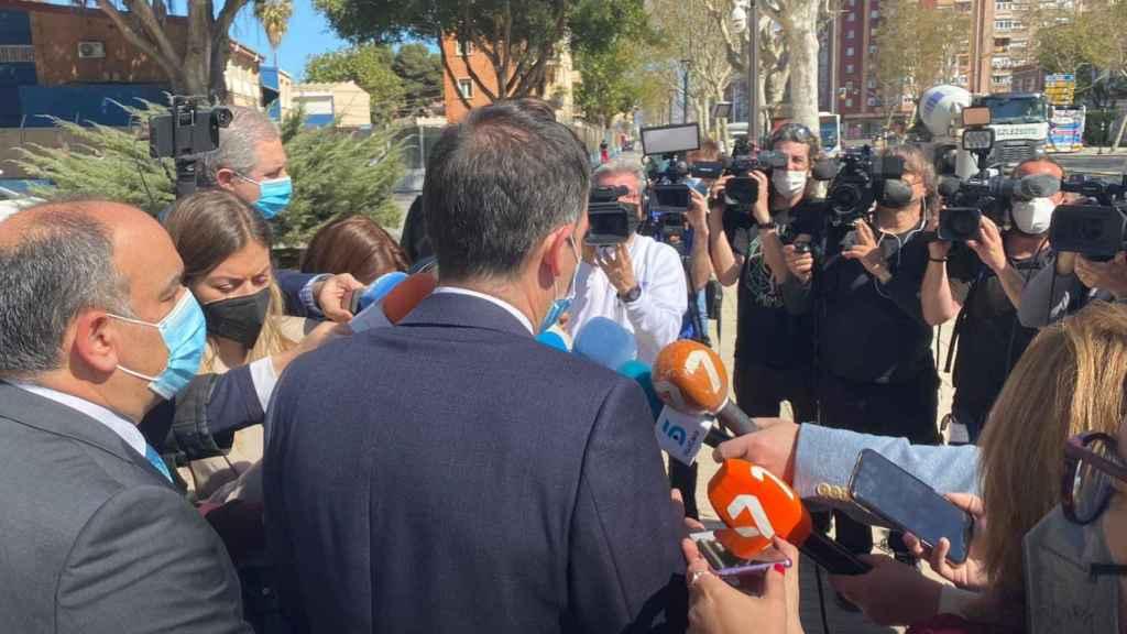 Decenas de periodistas preguntando a Liarte, este miércoles, por su negativa a la moción de PSOE y Cs.