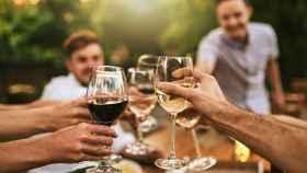 Brindar con vino es un acto social muy típico de España.