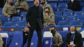 El 'Cholo' Simeone da órdenes a sus jugadores desde la banda de Stamford Bridge