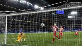 Oblak mira al balón tras el gol de Ziyech