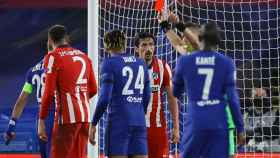 Orsato muestra la tarjeta roja a Savic