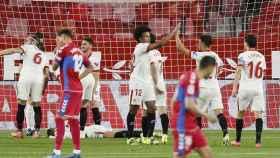 Los jugadores del Sevilla celebran el primero ante el Elche