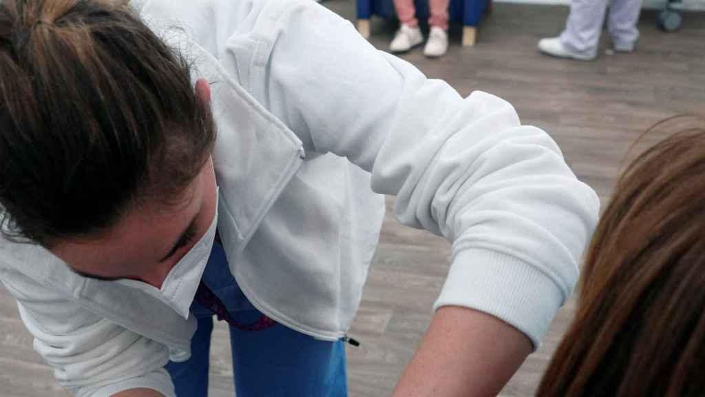 Una sanitaria administra una dosis de la vacuna de AstraZeneca.