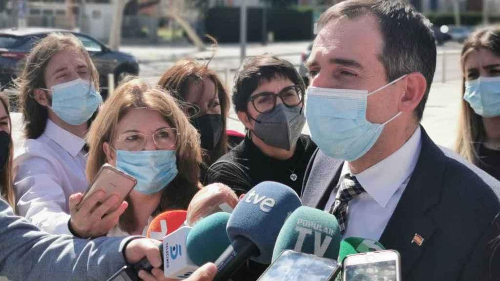 Juan José Liarte, portavoz de los díscolos de Vox anunciando que votarán en contra de la moción de censura de PSOE y Ciudadanos.