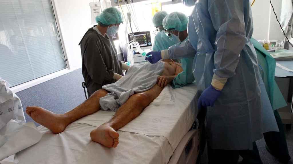 Varios sanitarios atienden a un paciente con COVID-19 en el Complejo Hospitalario Universario de Ferrol.