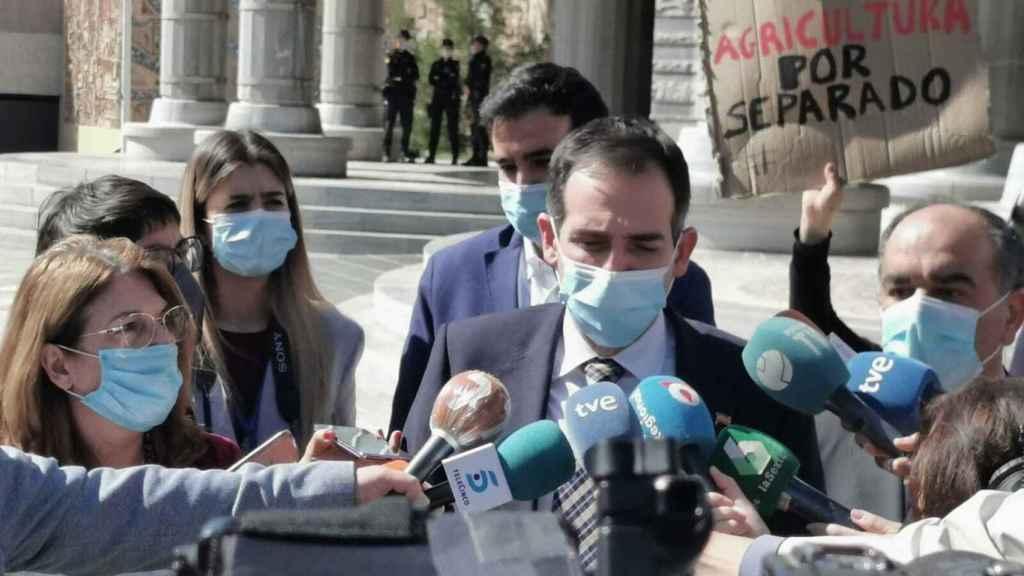 Juan José Liarte, portavoz de los díscolos de Vox, este miércoles, anunciando su voto en contra de la moción de censura