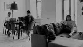 Jóvenes estudiando desde casa. Foto: Elena Rabkina / Unsplash