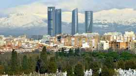 Vista de las cuatro torres y, al fondo, la sierra de Guadarrama.