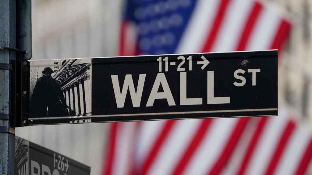 Un indicador de Wall Street frente a la sede de la Bolsa de Nueva York.