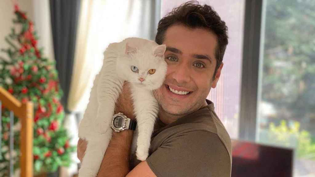 Alican with his cat in his arms in a photo of social networks.