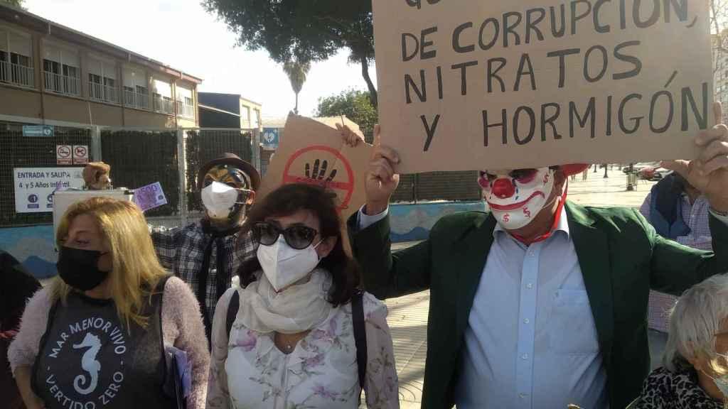 Un grupo de manifestantes, este jueves, en la puerta de la Asamblea Regional de Cartagena.