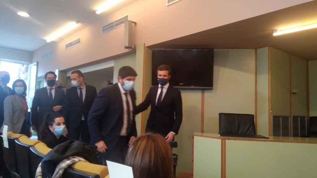 Los populares Fernando López Miras y Pablo Casado a su llegada a la sala de conferencias de la Asamblea Regional.