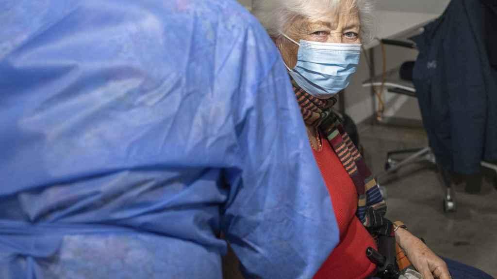 La consorte de Alberto II recibiendo la vacunación en Bruselas.