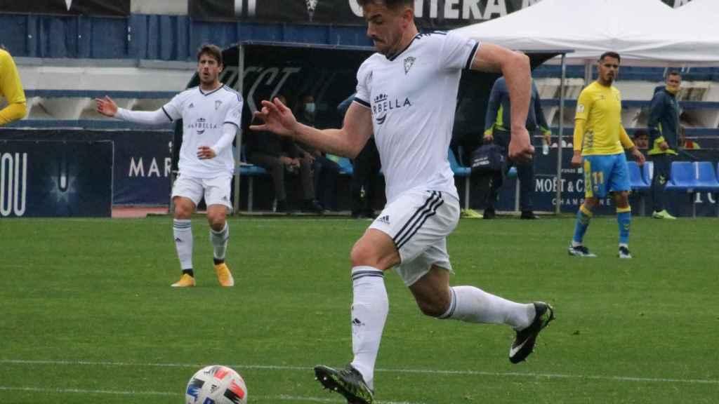 Un jugador del Marbella FC, que tendrá que jugar la segunda fase para evitar el descenso a Tercera RFEF. Foto: Twitter (@marbella_fc)