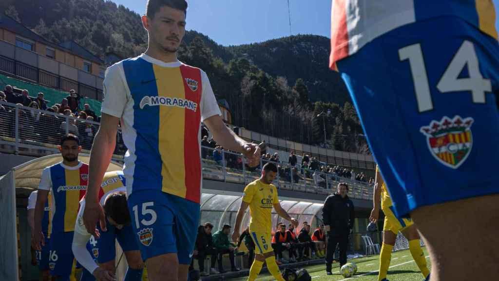 El FC Andorra de Gerard Piqué, saltando al campo de Prada de Moles. Foto: Twitter (@fcandorra)