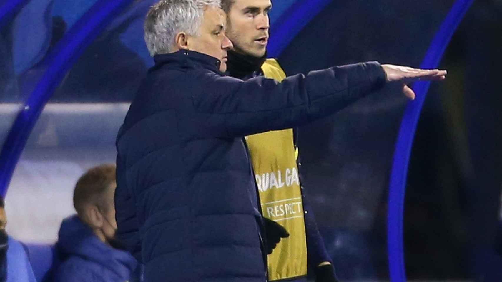 Mourinho y Bale hablando en el banquillo del Tottenham