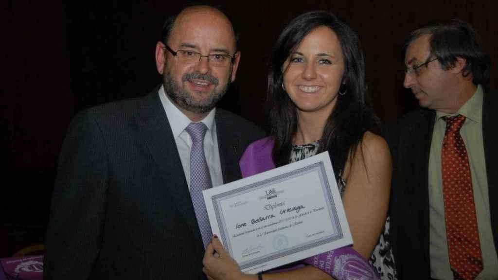 Ione Belarra con su diploma de Licenciada en Psicología en 2012.