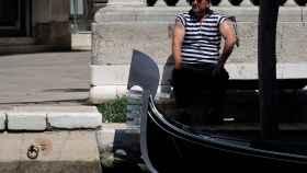 Un gondolero sin mucho trabajo en pandemia en Italia.