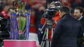 El trofeo de la Premier League ante una cámara de retransmisión