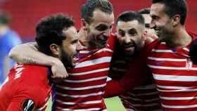 Roberto Soldado y los jugadores del Granada celebran un gol
