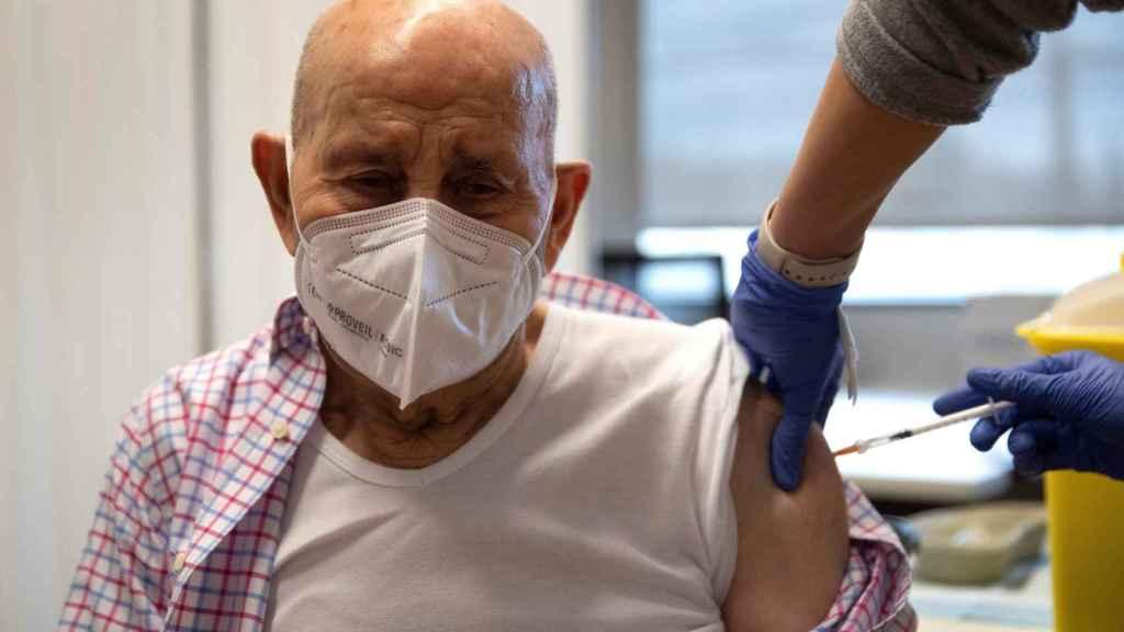 José Mariscal, de 97 años, recibe la segunda dosis de la vacuna de la farmaceútica Pzifer contra el Covid19.