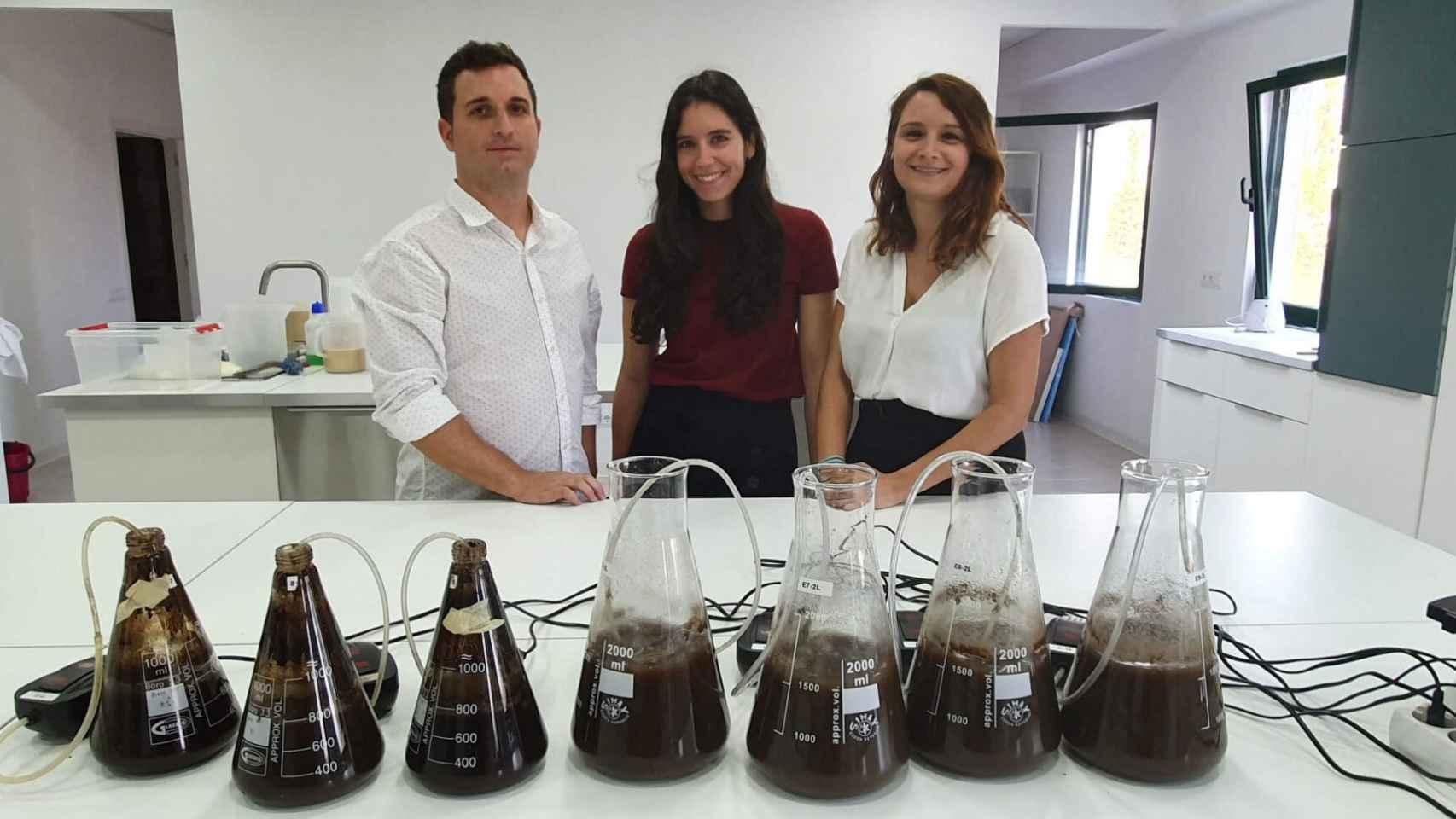Jordi Margarit, Patrícia Aymà y Noelia Márquez, en la planta de cafe de Nestlè en Girona.
