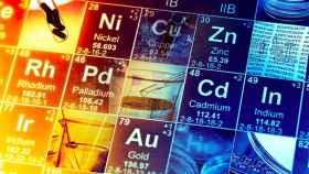 Montaje con los metales de la tabla periódica de elementos.