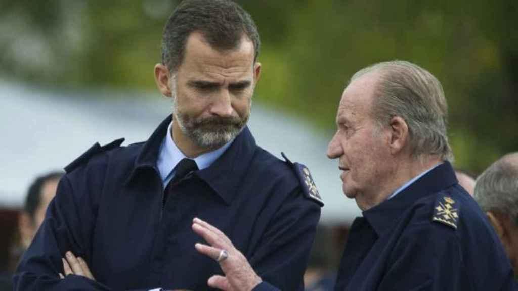 Felipe VI y Juan Carlos I charlan distendidamente.
