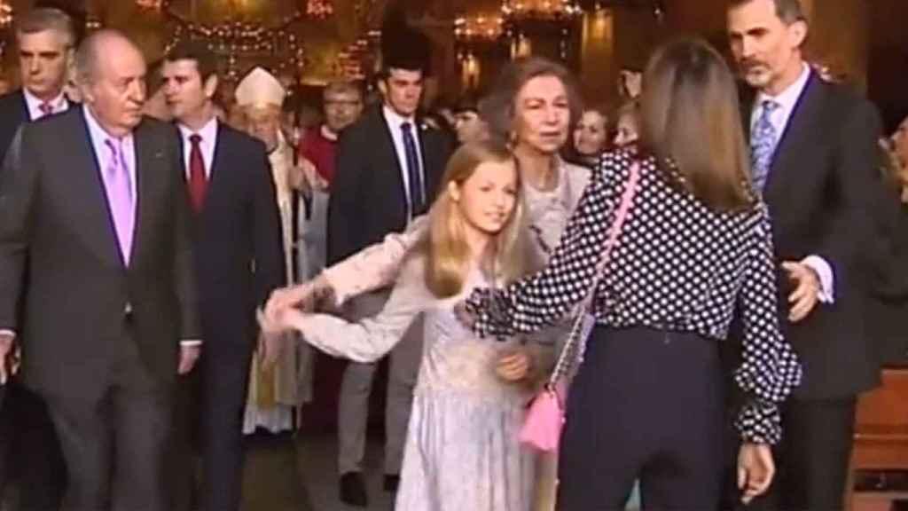 Momento en el que la reina Letizia intenta evitar que doña Dofía se tome una foto con sus nietas.