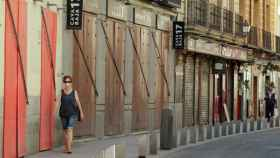 Una mujer pasea con mascarilla por Madrid.